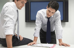 2 бизнесмена смотря в папке файла Стоковая Фотография