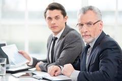 2 бизнесмена смотря камеру Стоковые Изображения
