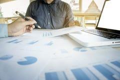 2 бизнесмена смотря отчет и имея обсуждение внутри  Стоковые Фото