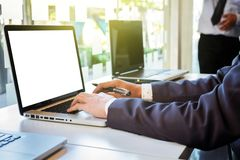 2 бизнесмена смотря отчет и имея обсуждение внутри  Стоковое Изображение RF