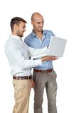 2 бизнесмена советуя с компьтер-книжкой Стоковое Фото