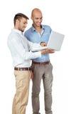 2 бизнесмена советуя с компьтер-книжкой Стоковое Изображение