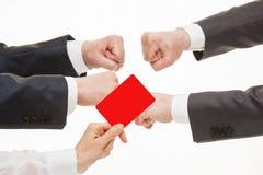 2 бизнесмена состязаясь, судья показывая красную карточку Стоковые Изображения