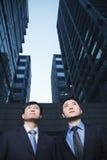 2 бизнесмена стоя бортовая - мимо - сторона outdoors, Пекин Стоковые Изображения RF