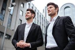 2 бизнесмена стоя близко деловый центр Стоковая Фотография RF