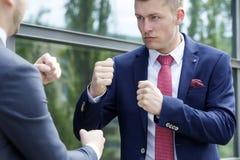 2 бизнесмена стоя внешний и бой Стоковые Изображения