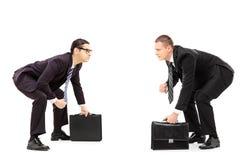 2 бизнесмена стоя в позиции wrestling sumo Стоковые Фотографии RF