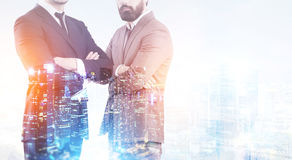 2 бизнесмена стоя против панорамы города Стоковое фото RF