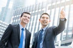 2 бизнесмена стоя outdoors в городе Стоковая Фотография RF