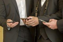 3 бизнесмена с мобильными телефонами Люди с современными мобильными телефонами Стоковые Изображения RF