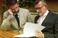 2 бизнесмена с обработкой документов на ресторане Стоковое Изображение