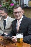 2 бизнесмена с таблеткой на ресторане Стоковое Фото
