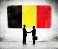 2 бизнесмена с флагом Бельгии Стоковая Фотография RF