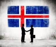 2 бизнесмена с флагом Исландии Стоковое фото RF
