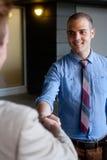 2 бизнесмена трястия руки Стоковые Изображения RF