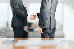 2 бизнесмена трясут руки в офисе Стоковая Фотография RF