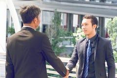 2 бизнесмена трясут руки Стоковое Изображение RF