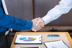 2 бизнесмена трясут руку и обсуждают совместно для согласования s Стоковая Фотография RF