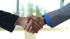 2 бизнесмена тряся замедленное движение рук акции видеоматериалы