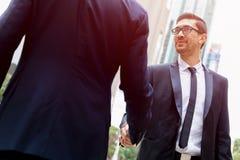 2 бизнесмена тряся их руки Стоковое Фото