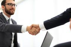 2 бизнесмена тряся их руки Стоковое фото RF