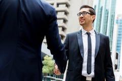 2 бизнесмена тряся их руки Стоковые Изображения RF