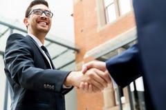 2 бизнесмена тряся их руки Стоковая Фотография