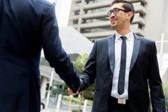 2 бизнесмена тряся их руки Стоковое Изображение