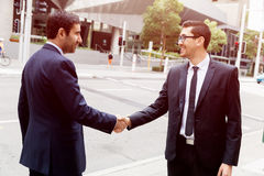 2 бизнесмена тряся их руки Стоковые Фото