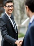 2 бизнесмена тряся их руки Стоковая Фотография RF