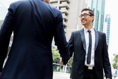2 бизнесмена тряся их руки Стоковые Фотографии RF