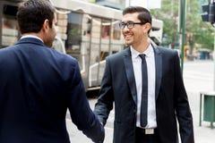 2 бизнесмена тряся их руки Стоковое Изображение RF