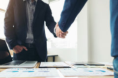 2 бизнесмена тряся руки во время встречи для подписания согласования и для того чтобы стать деловым партнером, предприятиями, ком Стоковые Изображения