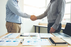 2 бизнесмена тряся руки во время встречи для подписания agreemen Стоковая Фотография RF