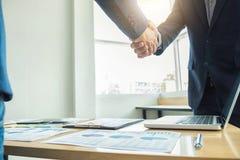 2 бизнесмена тряся руки во время встречи для подписания agreemen Стоковые Изображения