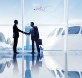 2 бизнесмена тряся руки в авиапорте Стоковые Фотографии RF