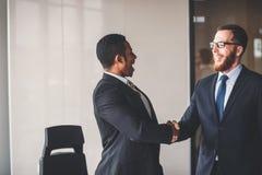 2 бизнесмена тряся руки в встрече Большая концепция дела Стоковое фото RF