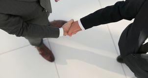 2 бизнесмена тряся руки в офисе Стоковая Фотография