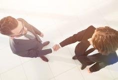 2 бизнесмена тряся руки в офисе Стоковая Фотография RF