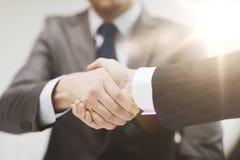 2 бизнесмена тряся руки в офисе Стоковые Изображения RF