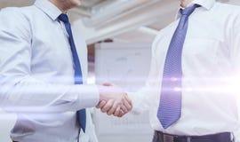 2 бизнесмена тряся руки в офисе Стоковые Фото