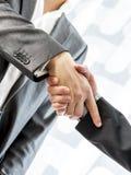 2 бизнесмена тряся руки над запачканной абстрактной предпосылкой Стоковая Фотография