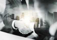 2 бизнесмена тряся руки на офисе Стоковое Изображение