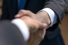 2 бизнесмена тряся руки на согласовании Стоковая Фотография RF