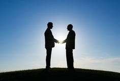 2 бизнесмена тряся руки Стоковые Фото