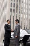 2 бизнесмена тряся руки outdoors Стоковая Фотография RF