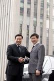 2 бизнесмена тряся руки outdoors Стоковые Изображения RF