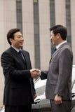 2 бизнесмена тряся руки outdoors Стоковое Фото