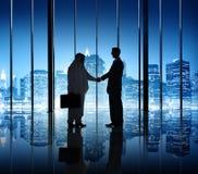 2 бизнесмена тряся руку в офисе Стоковые Фотографии RF