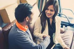 Бизнесмена улыбка радостно тряся руку с женским партнером стоковые фотографии rf